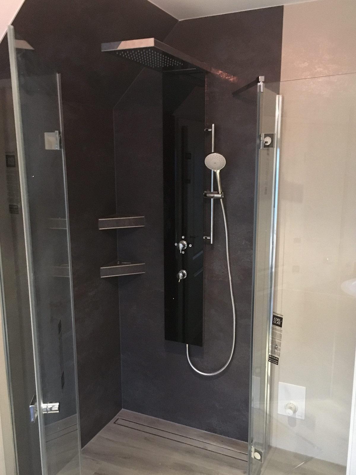Dusche mit Ablagen, Coverlam-Fliesen 1x1m und 3x1m