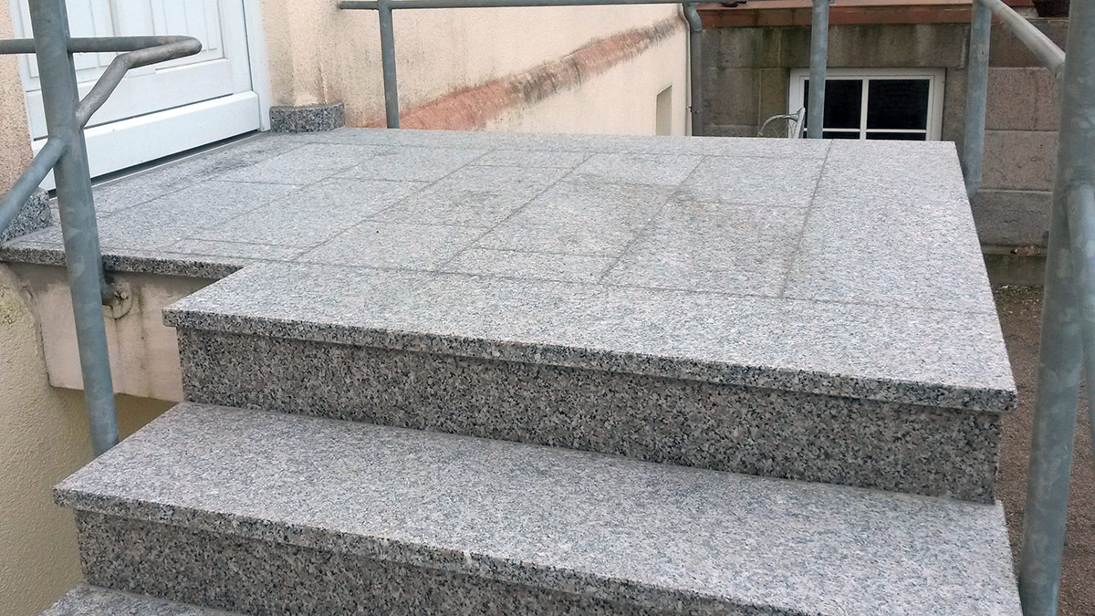Treppenpodest mit Natursteinplatten