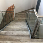 Treppe mit Bodenfliesen in Holzoptik