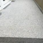 Podest mit Natursteinplatten